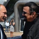 Vladimir Putin og Steven Seagal deler ikke længere kun passion for judo. Nu deler de også samme nationalitet. Scanpix/Alexey Druzhinin