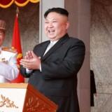 Nordkoreas leder Kim Jong-un klapper under den store millitærparade afholdt på »Solens dag«, for at fejre 105-års fødselsdagen for landets grundlægger Kim Il-sung. Unden paraden fremviste Nordkorea en ny form for langdistance-missil - en handling, der er af USA blev betragtet som en provokation. Spændingerne mellem USA og Nordkorea når i disse dage et højdepunkt.