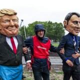 Aktivister fra Oxfam har lavet dukker af USAs præsident, Donald Trump, og den franske præsident, Emmanuel Macron, forud for G7 topmødet i Quebec den 8. juni og 9. Juni 2018. EPA/TANNEN MAURY