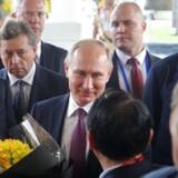 En af Ruslands rigeste mænd, Oleg Deripaska, kræver en videooptagelse af et møde med en af Putins højtstående embedsmænd slettet. De russiske myndigheder truer med at slukke for Youtube i Rusland, hvis tjenesten ikke fjerne videoen. Her ses Deripaska (øverst th.) under et besøg i Vietnam i selskab med den russiske præsident, Vladimir Putin.