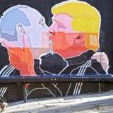 Et vægmaleri i Litauen med Donald Trump og Vladimir Putin i en hed bromance. Men hvorfor er Trump så Putinvenlig? På grund af hans moral eller mangel på samme, alt efter temperemant.