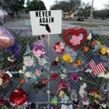 Ofrene for skoleskyderiet bliver mindet udenfor Marjory Stoneman Douglas High School i Florida.