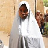 Hassana Mohammed, 13 år, klatrede henover et hegn for at undslippe et Boko Haram angreb på en skole for piger i Dapchi i Nigeria. Her er hun fotograferet foran sit hjem i Dapchi, 22. februar. Mindst 101 piger er forsvundet efter angrebet fra den voldelige islamisk terrororganisation Boko Haram, den 19. februar.