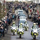 Københavns Politi oplyser i en pressemeddelelse, at den gængse trafik vil blive afspærret under transporten af prins Henriks båre. Her ses de mange mennesker, der var mødt op foran Fredensborg slot torsdag.