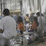 Her ses et billede af illegale immigranter, som er taget ind ad den amerikanske grænsecontrol ved Central Processing Center i McAllen, Texas. Foto: Customs and Border Protection/AFP