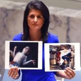 USAs FN-ambassadør, Nikki Haley, med fotos af ofre for giftgas i Syrien.