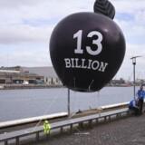 Den irske regering har valgt at bakke Apple op i retssagen mod EU-Kommissionen om skattebetalingen på 13 milliarder euro - omkring 100 milliarder kroner. Protestanter i hovedstaden Dublin forsøgte i september 2016 med bl.a. denne ballon at få regeringen til at tage imod efterskatten og bruge de mange penge på tiltrængte forbedringer i landet. Arkivfoto: Clodagh Kilcoyne, Reuters/Scanpix