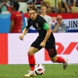Luka Modric har gjort det til en vane ikke at kigge på bolden, når han modtager den. I stedet kigger han på med- og modspillere. Her mod Danmark i ottendedelsfinalen ved VM i Rusland.