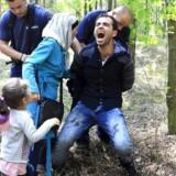 En syrisk familie bliver pågrebet, idet de under den store asylstrøm illegalt forsøger at krydse grænsen til Ungarn. Netop politiets og militærets brug af magt har påkaldt sig kritik fra ikke bare humanitære organisationer, men også fra EU-kommisionen. Foto Bernadett Szabo / Reuters