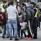 Arkivfoto: Sverige indførte allerede en midlertidig id-kontrol 12. november 2015, her på Hyllie station i Sverige, hvor det svenske politi kontrollerede pas.