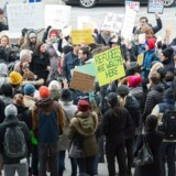 Trumps indrejseforbud førte lørdag til protester blandt andet her ved JFK International Airport.
