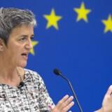 Den danske EU-kommissær, Margrethe Vestager, har rakt hånden frem mod den russiske gasgigant Gazprom, men hun holder krudtet tørt og truer fortsat med en milliardbøde, hvis ikke Gazprom makker ret. Vestagers Gazprom-afgørelser skal ses i lyset af et storpolitisk spil mellem EU-Kommissionen og Rusland. Her ses Vestager i USA efter en anden bemærkelsesværdig beslutning, da hun krævede, at Apple skal betale omkring 100 milliarder kroner til Irland på grund af ulovlige skatterabatter. EPA/MICHAEL REYNOLDS