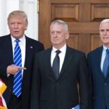 Donald Trump med James Mattis (i midten), som er nomineret til forsvarsminister og den kommende vicepræsident Mike Pence (til højre).