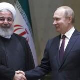 Den russiske præsident, Vladimir Putin, giver hånd til den iranske præsident Hassan Rouhani under deres møde i Tyrkiet tidligere på måneden.