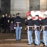 Den royale familie venter imens prins Henriks båre bæres ind i Christiansborg Slotskirke fredag den 16. februar 2018. Omtrent 60 mennesker er indbudt til Prinsens bisættelse tirsdag d. 20. februar.