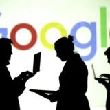 Mobiltelefoner og tablets kan blive dyrere fremover, truer Googles topchef. Men det afvises som sludder af en ekspert. Arkivfoto: Dado Ruvic, Reuters/Scanpix