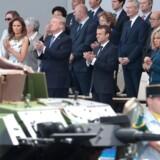 Donald Trump ved den franske militærparade. Hans ønske om en magen til - og gerne større - bryder med amerikanske og vestlige traditioner, siger militærhistoriker.