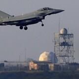 Et fly lander på den Britiske Royale Luftbase i Akrotiri tæt på kystbyen Limassol på Cypern tidligt om morgenen den 14. april 2018.