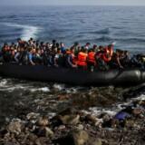 En afghansk flygtning/migrant springer i land på den græske ø Lesbos. Det var tilbage i oktober 2015, men selv om tilstrømningen er aftaget kraftigt efter EUs aftale med Tyrkiet, kommer der næsten dagligt nye over Ægæerhavet fra Tyrkiet. REUTERS/Yannis Behrakis/File Photo