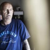 Lars Hansen tager sin cannabisolie tre gange om dagen. Klokken 8.00, 14.00 og 22.00. Han har kræft i hals og knogler, og cannabisolien lindrer smerterne.