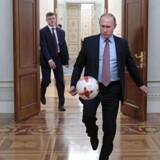 Statsminister Lars Løkke Rasmussen (V) afviser ikke, at ministre og kongelige efter giftangreb i England bør undlade at tage til fodbold-VM i Rusland: »Det afgørende er, at vi får vist Rusland, at vi ikke accepterer denne fremfærd.«