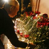 Den russiske præsident, Vladimir Putin, lægger blomster uden for Tekhnologicheskiy Institut metro station i St. Petersburg