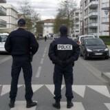 Franske politifolk står vagt i nærheden af Toulouse.