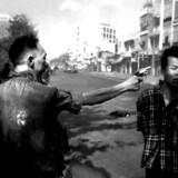 Billedet, som forandrede krigsdækningen for altid. Den sydvietnamesiske politichef, general Nguyen Ncog Loan, henrettede en fjende med et enkelt pistolskud. Fotograf Eddie Adams tog billedet på 1/500 af et sekund, og billedet gjorde Ngoc Loan til et af de mest hadede mennesker i verden. Historien var meget mere kompliceret - fjenden var en leder af en dødspatrulje og en formodet massemorder - men det gik tabt i tiden. Foto: Eddie Adams, AP.