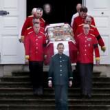 Prinsens eget flag med prins Henriks våbenskjold ligger ovenpå båren.