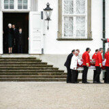 Prins Henriks båre afgår fra Fredensborg. Dronning Margrethe og den øvrige kongefamilie står i døråbningen, da Prins Henrik køres mod Amalienborg.