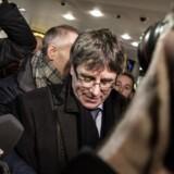 Når den afsatte catalanske leder Carles Puigdemont, der her ses ved ankomsten til Københavns Lufthavn mandag morgen, i disse dage besøger Danmark, er det netop for at fremprovokere en anholdelse. Det hævder en spansk dommer i sin begrundelse for ikke at udstede arrestordre mod ham.