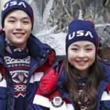 Det amerikanske isdanser-par Alex and Maia Shibutani i de nye selvopvarmende OL-frakker.
