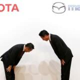 Arkivbillede af Toyotas direktør Akio Toyoda og Mazdas direktør Masamichi Kogai, der bukker for hinanden til en fælles pressekonference i Tokyo.