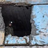 En ukrainsk redningsarbejder undersøger en af de bombede lejligheden i byen Avdejevka, der har været centrum for de genopblussede kampe i det østlige Ukraine den seneste uge. EPA/MARKIIAN LYSEIKO