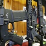 Semi-automatiske AR-15-rifler, her udstillet i en butik i Utah.