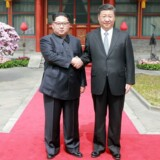 Dette billede, som netop er frigivet af Nordkoreas nyhedsbureau, KCNA, viser Nordkoreas leder, Kim Jong-un, og Kinas præsident, Xi Jinping, under det uofficielle nordkoreanske statsbesøg i Kina.