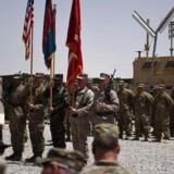 Amerikanske og afghanske soldater står med flag ved en overdragelsesceremoni i Leatherneck Camp i Lashkar Gah i Helmand-provinsen i Afghanistan 29. april 2017.