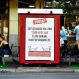 Plakaten med UFO-teksten fra Den tohalede hunds parti. Foto: Attila Kisbenedek/AFP
