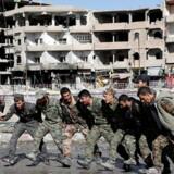 Arkivfoto: Kurdiske soldater danser efter sejren over Islamisk Stat i byen Raqqa. Men sejren over IS øger spændingerne mellem USA og Iran om, hvem der skal forme regionens fremtid. 18. oktober, 2017. REUTERS/Erik De Castro/File photo