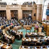 (ARKIV) Politikerne lytter i folketingssalen under folketingets åbning, tirsdag den 3. oktober 2017. Fra 1. januar 2018 fik danske borgere mulighed for på borgerforslag.dk at oprette deres egne forslag til, hvad der skal stemmes om i folketingssalen.