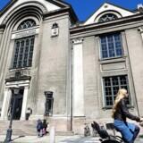 De røde partier er ikke udpræget begejstrede for regeringens uddannelsesudspil, der vil belønne »kvalitet, over kvantitet« - men samtidig ønsker at studerende kommer endnu hurtigere igennem uddannelsessystemet. Her ses Københavns Universitet.