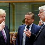 Udenrigsminister Anders Samuelsen (LA) taler med sin britiske kollega, Boris Johnson (tv), og polske kollega Witold Waszczykowski (th) under mandagens udenrigsministermøde i Bruxelles. Polen, Storbritannien og Danmark er blandt de EU-lande, som presser på for fortsat sanktioner over for Rusland og snarlig visumfri adgang for ukrainere til EU. / AFP PHOTO / JOHN THYS