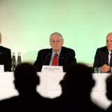 Richard Pound (C), formand for World Anti-Doping Agency (WADA), og medlemmerne Richard H. McLaren (L), og Guenter Younger.