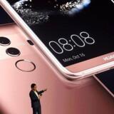 Huawei er verdens tredjebedst sælgende mobilmærke - her toptelefonen Mate 10 Pro - og indtager tilsvarende en tredjeplads på listen over leverandører af mobiludstyr som master m.m. Men i USA er der udtalt politisk skepsis over for de kinesiske leverandører. Arkivfoto: Christof Stache, AFP/Scanpix
