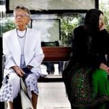 To ældre kvinder venter på bussen ved busstopsted i Brøndby Strand.