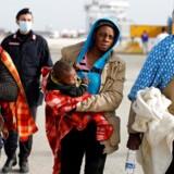 Migranter/flygtninge går i land i den sicilianske havneby Augusta efter at være blevet reddet af den italienske kystvagt.