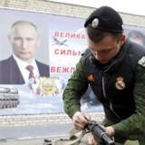 Et medlem af en militær ungdomsklub samler en Kalashnikov under en sports- og militærkonkurrence i Stavropol d. 25. februar i år.