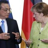 Kinas premierminister, Li Keqiang, i snak med Tysklands kansler, Angela Merkel, under Lis besøg i Berlin. EPA/FELIPE TRUEBA