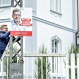 Overborgmester i København Frank Jensen (S) igang med at hænge valgplakater op foran den Russiske Ambassade på Østerbro.(Foto: Bax Lindhardt/ Scanpix)