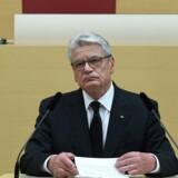 Forbundspræsident Joachim Gauck talte søndag i Bayerns delstatsparlament ved mindehøjtidelighed for ofrene for skudmassakren i et indkøbscenter den 22. juli. Syv af de dræbte var muslimer, og en repræsentant for lokale muslimske organisationer talte også under gudstjenesten. Syv af de dræbte var muslimer, og en repræsentant for lokale muslimske organisationer talte også ved dagens sørgeceremonier. Scanpix/Christof Stache
